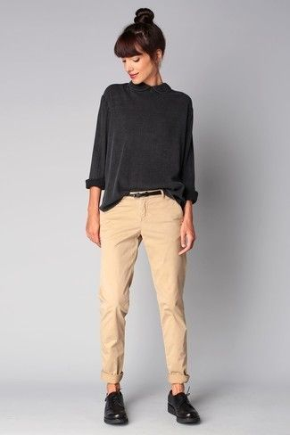 dunkelgraue Langarmbluse, hellbeige Chinohose, schwarze Leder Derby Schuhe, schwarzer Ledergürtel für Damen