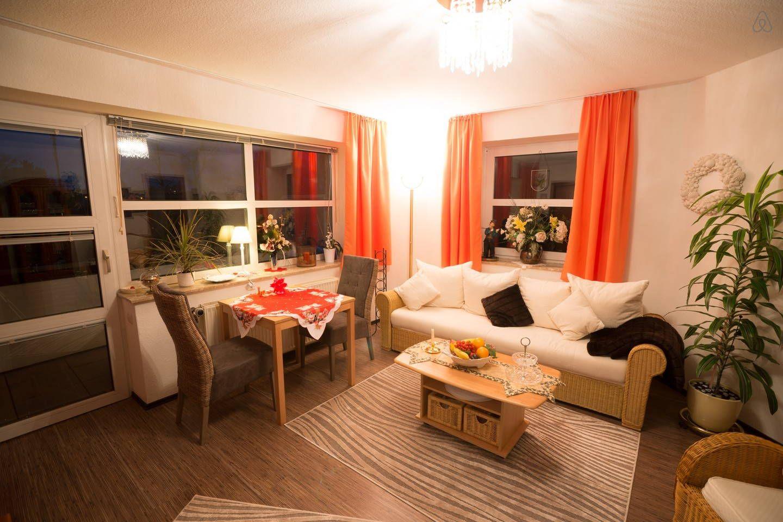 Wohnzimmer mit Extra-Schlafcouch und Balkon