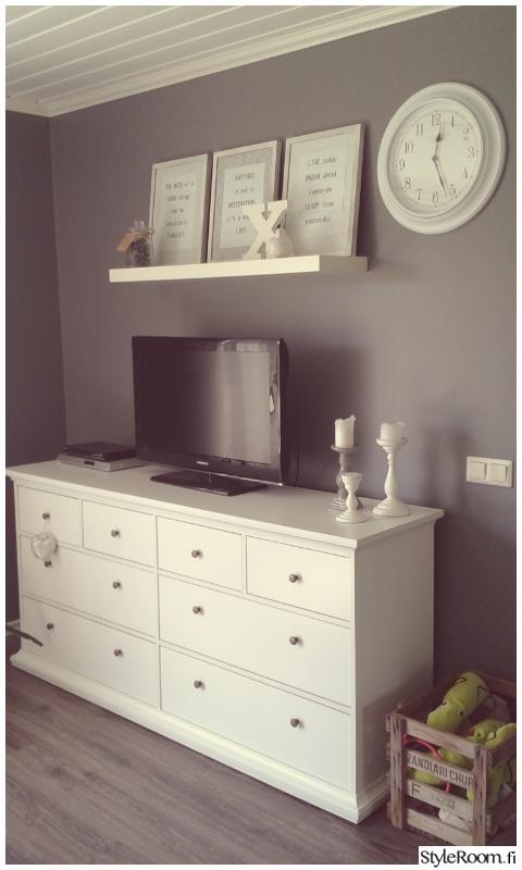 Romantic livingroom remontti,olohuone,kynttilät,tv-taso,kello,taulut,harmaa,harmaa seinä,sisustuskirjain,romanttinen sisustus