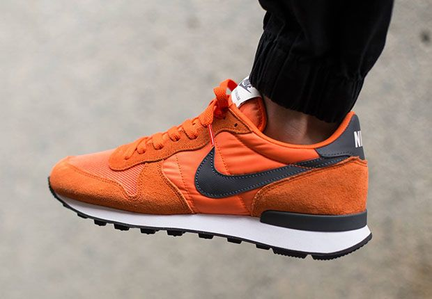 nike internationalist orange