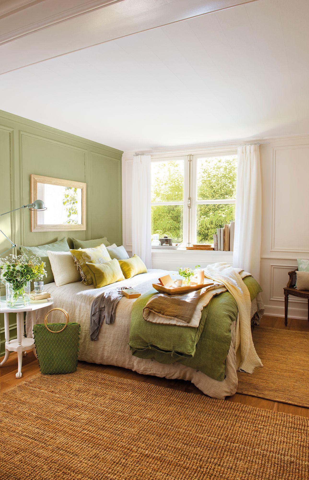 Dormitorio con pared del cabecero y ropa de cama en verde_00438307 ...