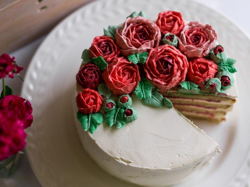 последние торт с красными розами из крема фото она