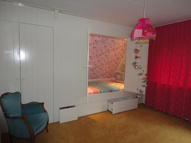 Bedstee onder schuine wand slaapkamer roos pinterest for Jugendzimmer dachboden