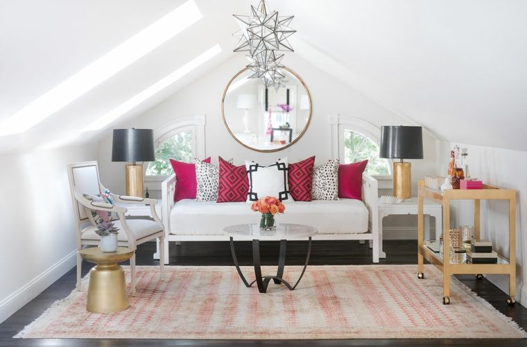 soggiorno con un grande tappeto a righe bianche e rosse, divano ...