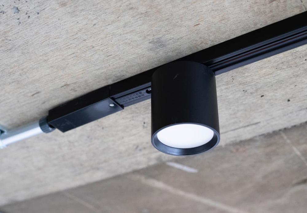 ダウンライトのように存在感控えめな ライティングレール用の筒型照明