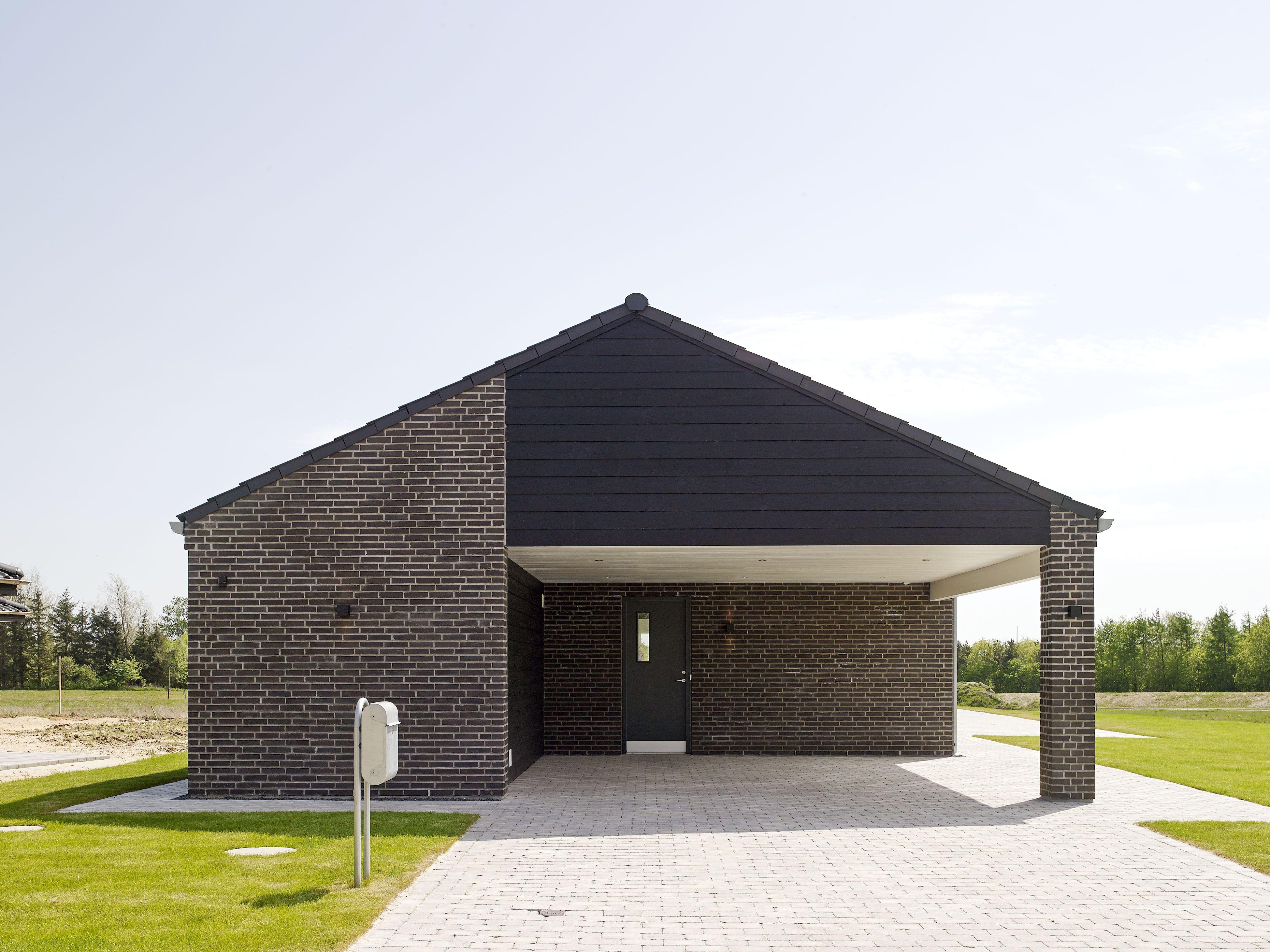 Stilrent længehus med integreret carport og isoleret
