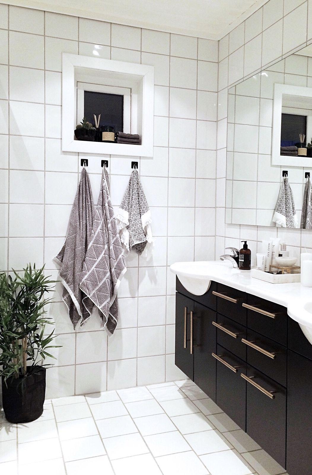 Seriøst Bad, baderom, interiør, svart vask, gull håndtak, håndklær, plante VS-64