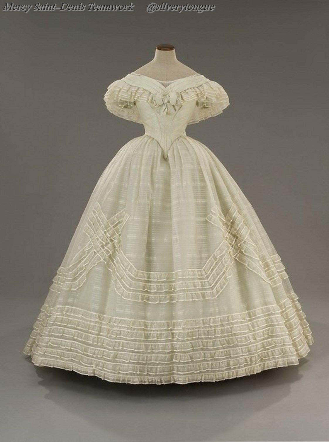 """Copia esatta dell'originale abito da ballo di Angelica, indossato da Claudia Cardinale ne """"Il Gattopardo"""", film di Luchino Visconti del 1962."""