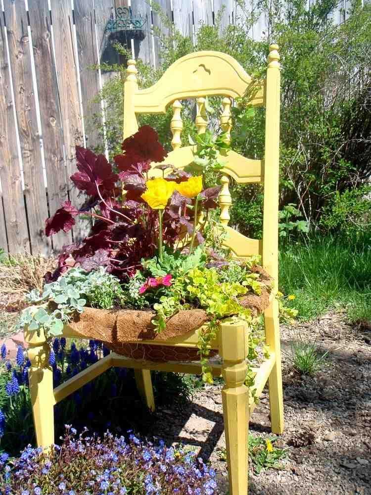 gelb gestrichener alter Stuhl im Garten garten Pinterest