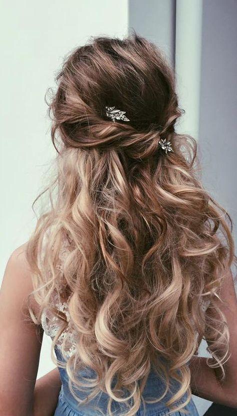 Cabelos semi presos enfeitados com pequenos acessórios. #penteados #noiva #cabeloslongos