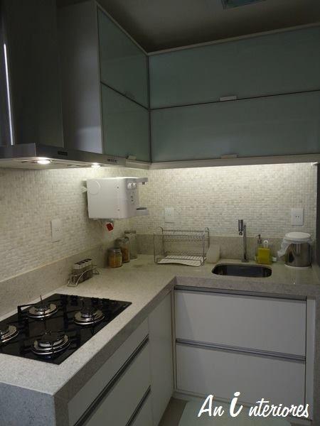 Cozinha Com Tons Em Preto Azul Madeira E Portas Em Vidro Leitoso