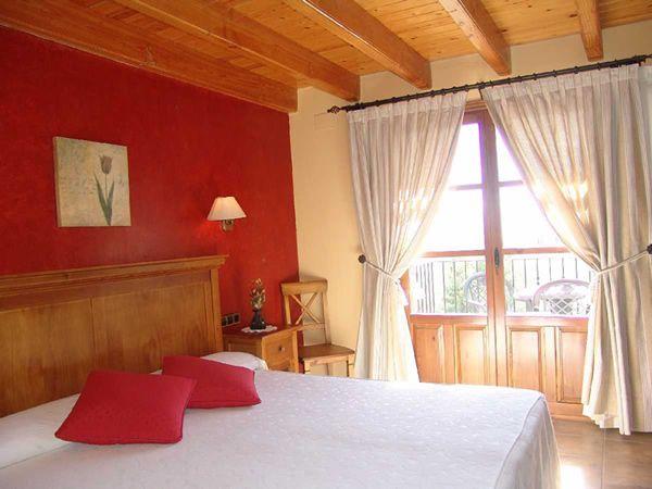 Pared roja en dormitorio acercamiento colores calidos - Dormitorios colores calidos ...