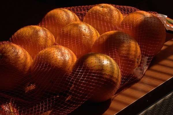 Les filets de fruits en nylon, roulés en boule, peuvent servir d'éponge jetable pour faire du nettoyage dans la maison et le jardin.