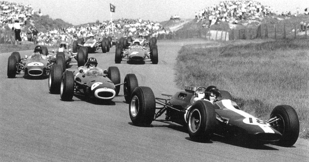 Clark Lotus devant Graham Hill BRM  et Gurney Brabham Zandvoort 1964