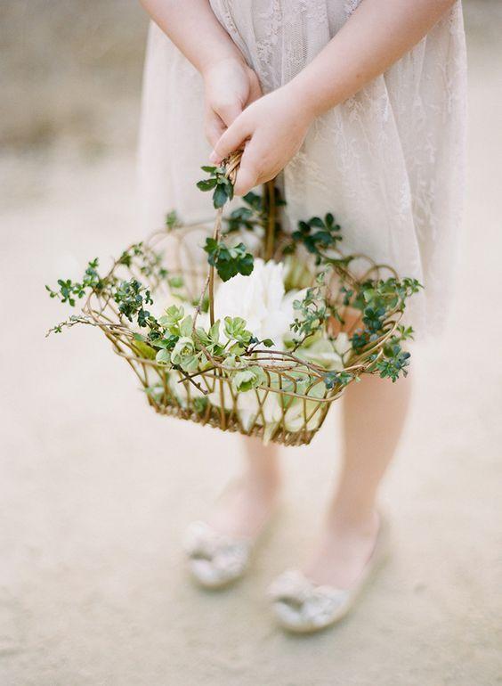 Vintage Flower Basket For Flower Girls Http Www Deerpearlflowers Com Flower Girl Basket Blumenkinder Hochzeit Vintage Blumenmadchen Hochzeit Blumen Madchen