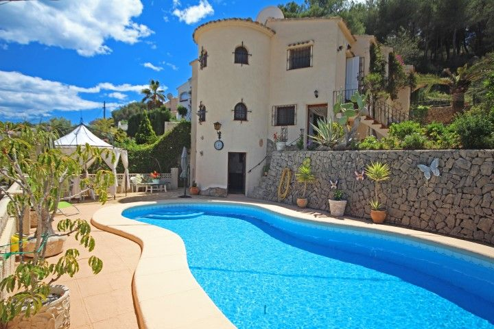 Detached villa for sale in Benissa Costa, Fanadix. Located in a quiet cul-de-sac, this detached villa retains its original charm and enjoys magnificent views across the valley to the sea.