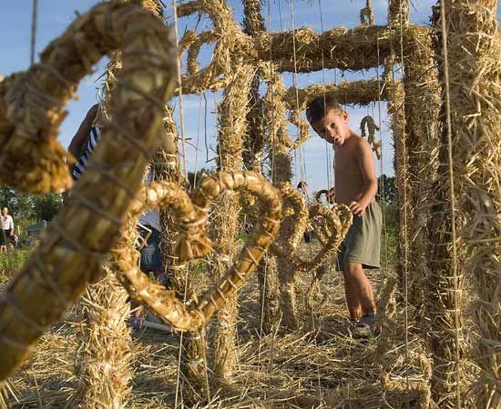 «Slama- Land Art Festival». Un festival che promuove  la sculture in paglia capaci di agire  sul paesaggio rurale e di impattare sull'emotività del visitatore.