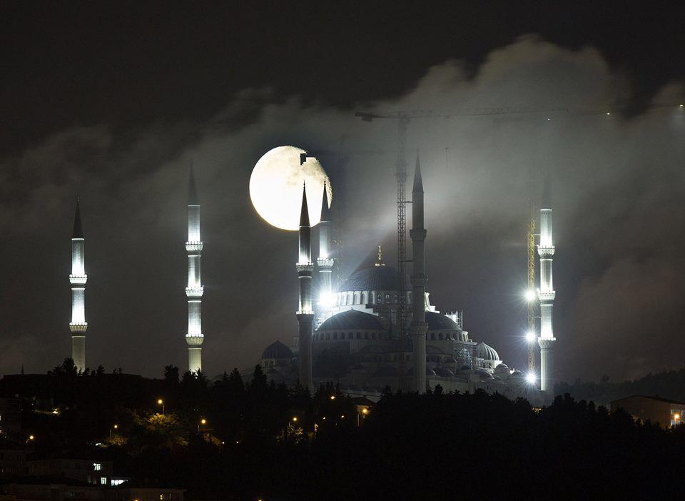 İstanbul'da ay, Çamlıca Camii ile güzel görüntüler oluşturdu ...