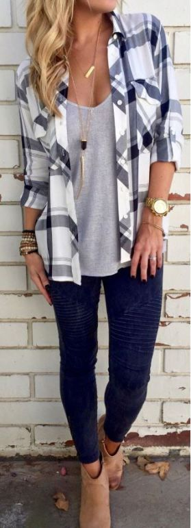 This plaid flannel and leggings is so cute and comfy for Thanksgiving!