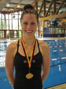 FAU-Studentin Daniela Karst verbringt viel Zeit im Wasser. Denn neben ihrem Jurastudium ist sie auch als erfolgreiche Schwimmerin unterwegs. Zuletzt holte sie mit ihrem Team Gold in der Langstaffel. (Bild: privat)