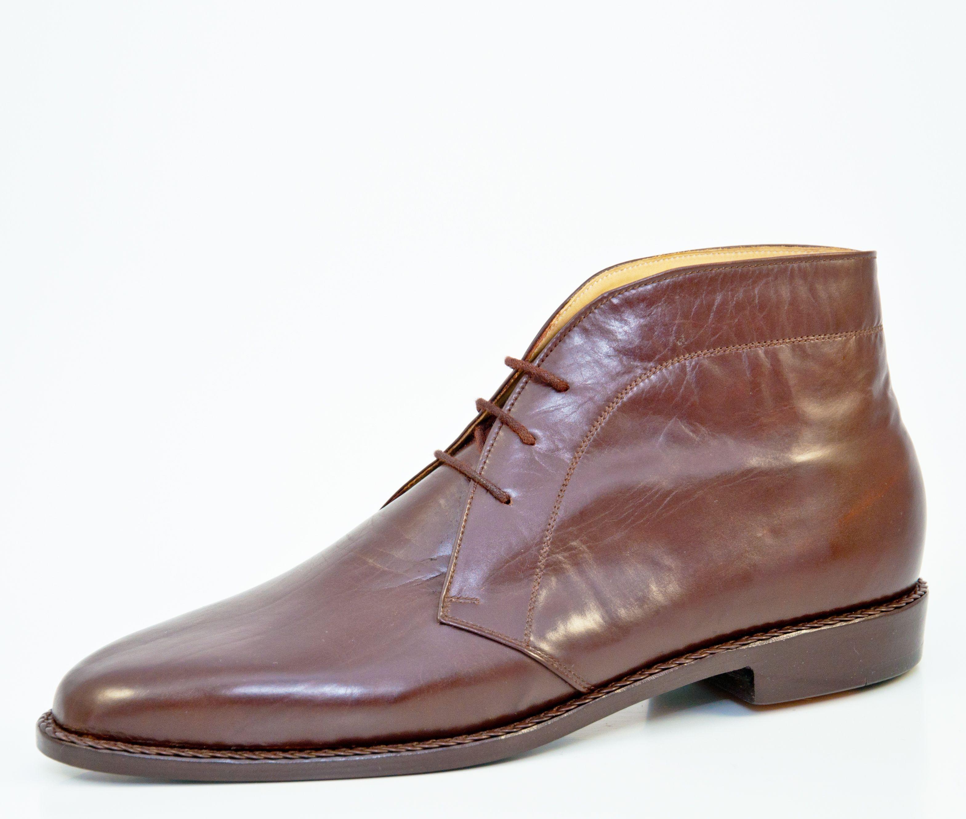 Boot: Boots oder auch Stiefeletten kamen in England um 1840 auf. Sie schützen den Fuß vor den äußeren Einflüssen und reichen im allgemeinen 5 bis 10 Zentimeter über den Knöchel. Stiefeletten gibt es mit Oxford- oder Derby-Schnürung sowie als Semi- oder Full-Brogue. Boots werden zu den selben Anlässen wie klassische Halbschuhe getragen | Vickermann & Stoya Maßschuhe - Schuhmacher, Schuhreparaturen, Schuhmanufaktur