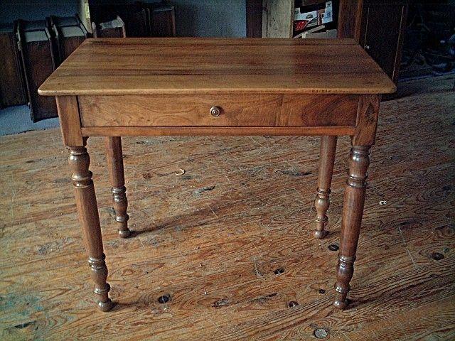 table bureau en noyer, pieds tournés, gros tiroir en façade, belle