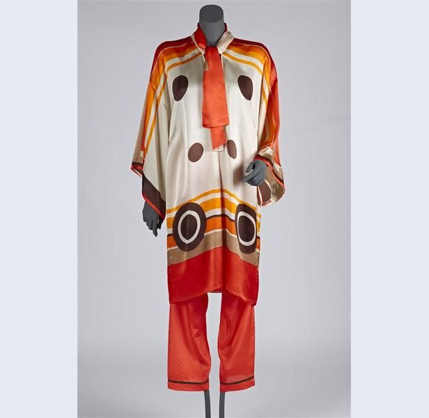 Huispyjama van crèmekleurige zijde, bedrukt met geometrische vormen in rood, oranje en bruin, bestaande uit wijde tuniek en lange broek 1926-1927 zijde Gemeentemuseum Den Haag: 0302912
