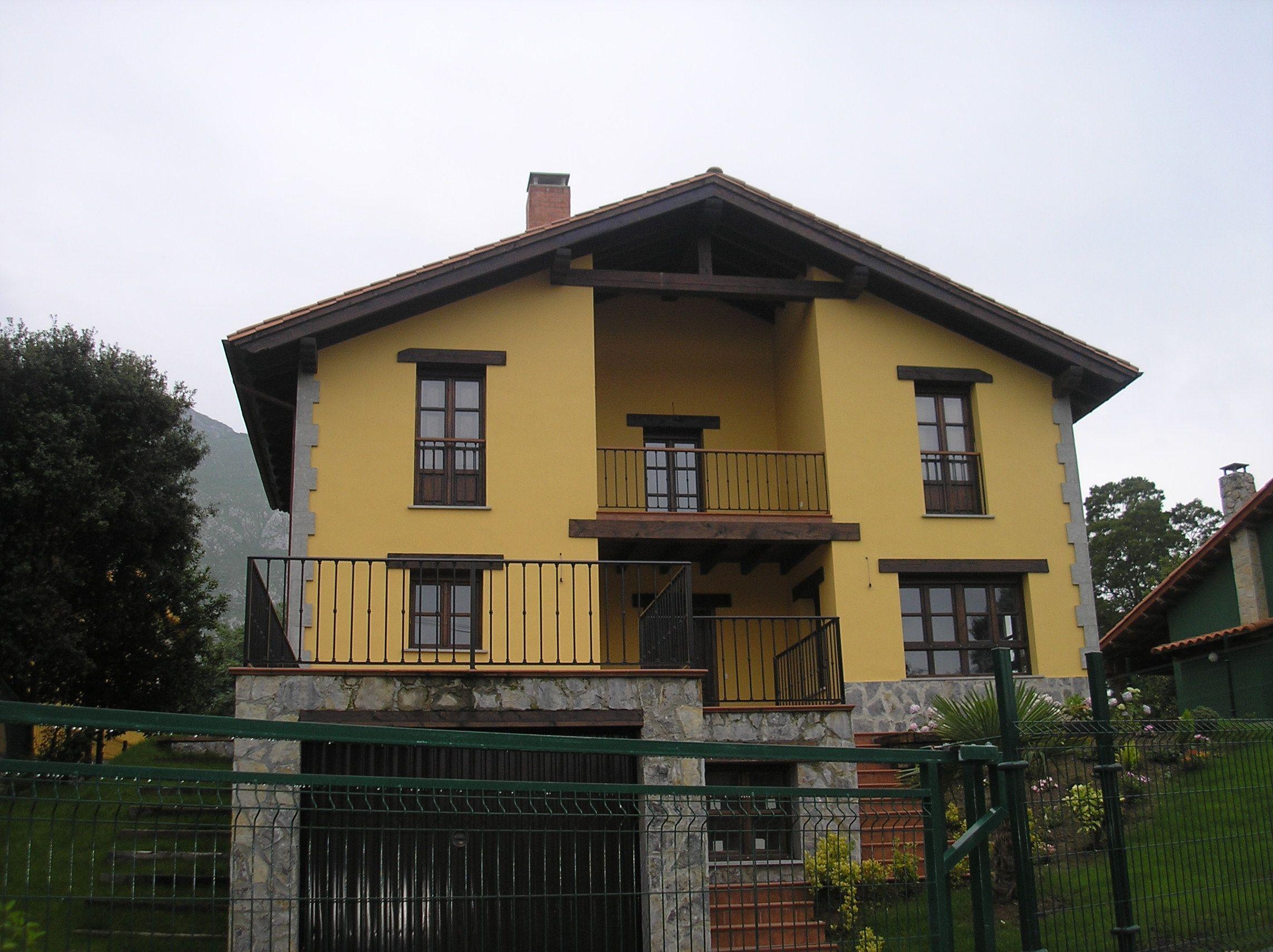 Gran casa con imponente tejado en madera a 2 aguas en un for Tejados de madera
