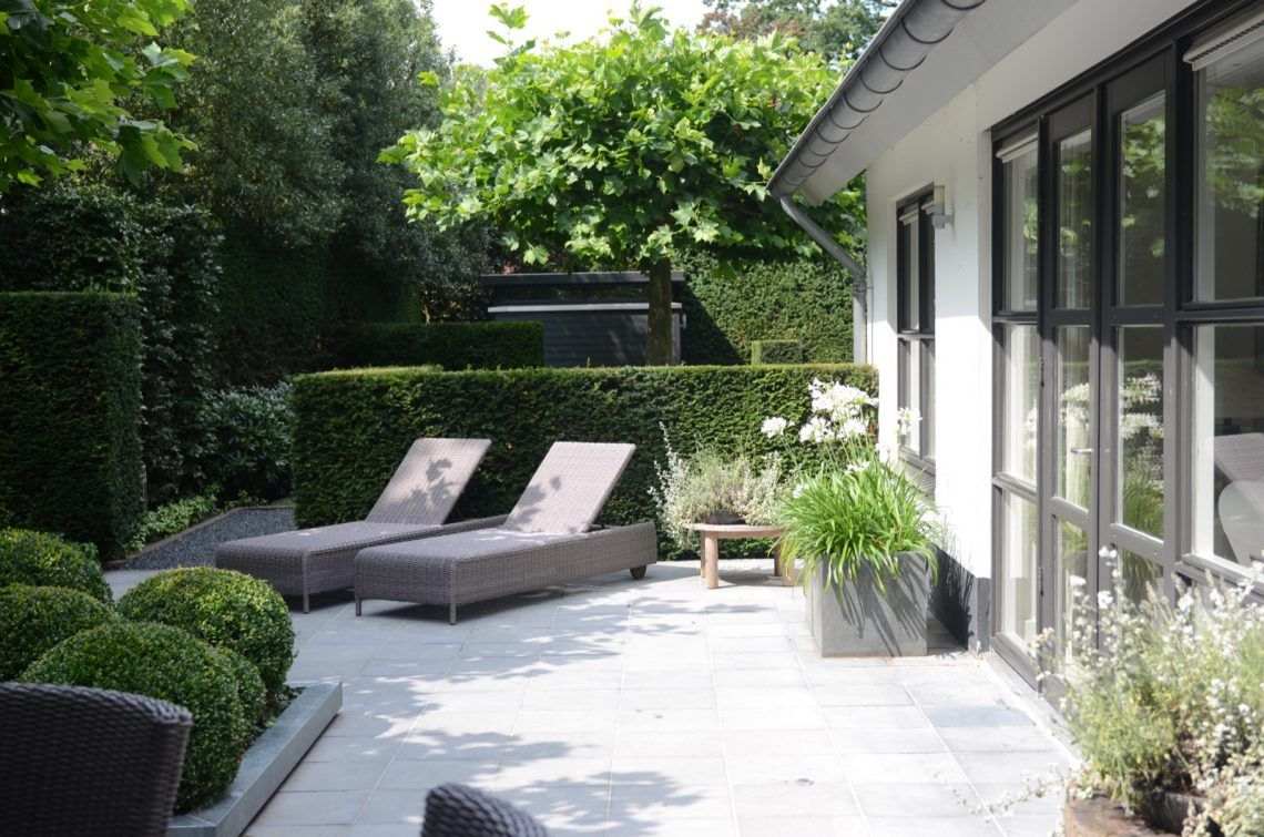 Groenseizoen moderne tuin met lounge hoog □ exclusieve woon en