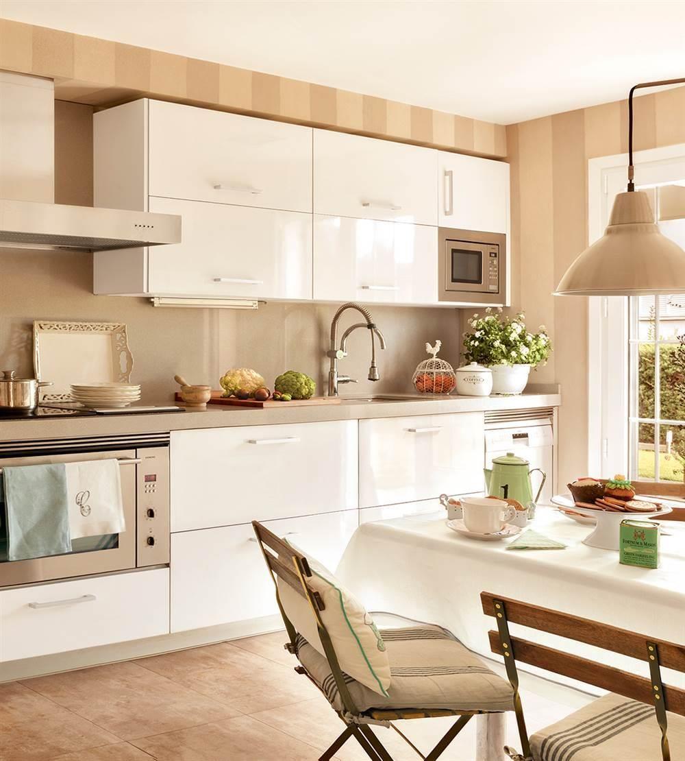Zona de trabajo de la cocina con ventana muebles blancos - Estores para cocina ...