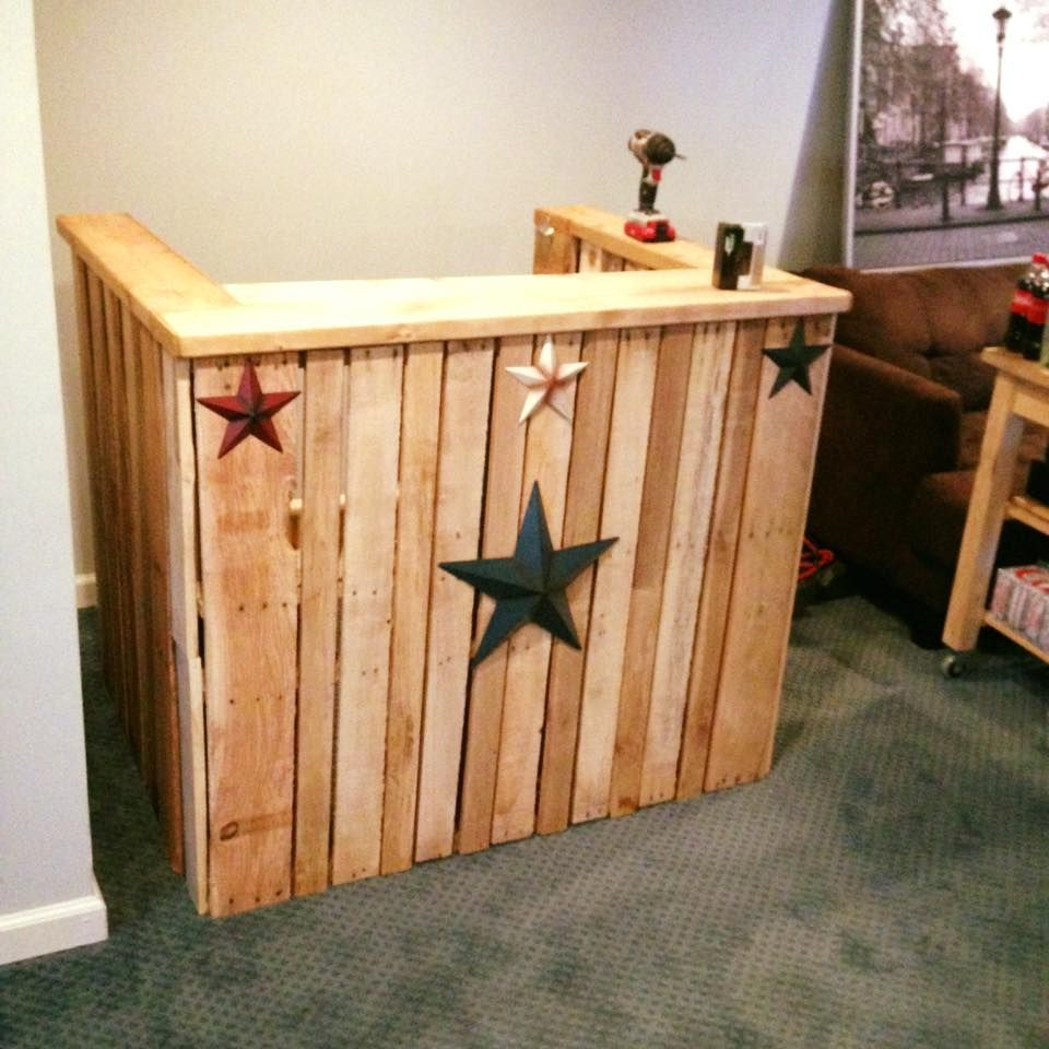 Easy diy pallet bar 101 pallet ideas wood projects for Bar portatil madera