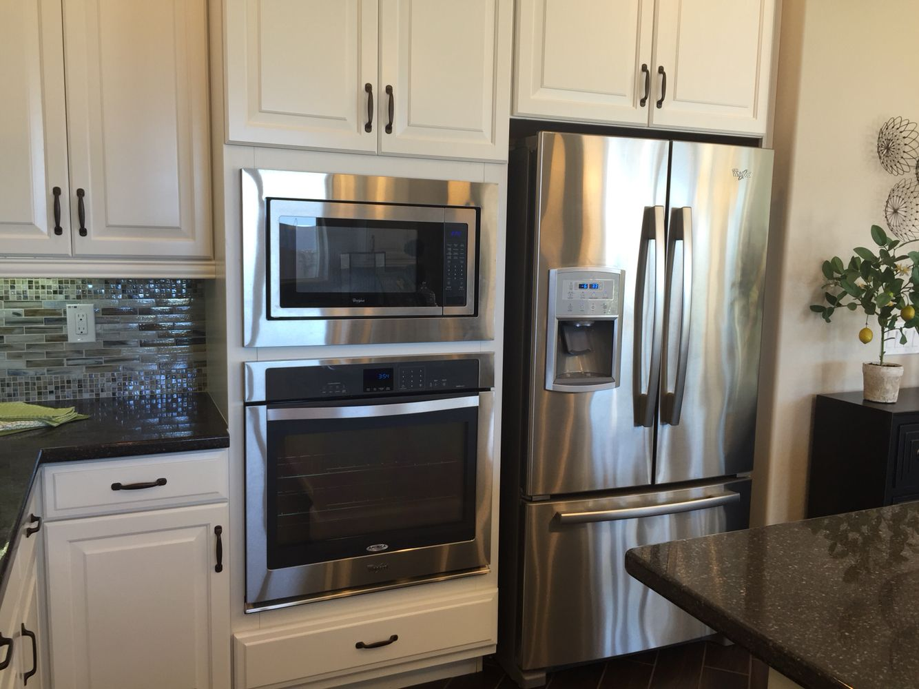 New homes kitchen decor white cabinets stainless steel for Chocolate kitchen cabinets with stainless steel appliances