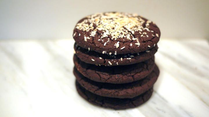 Browniekjeks med svarte bønner -  Disse syndig gode sjokoladekjeksene har en litt merkelig hovedingrediens, nemlig svarte bønner. De fleste forbinder nok ikke bønner med søt bakst og er kanskje skeptiske. Men jeg lover deg at du ikke smaker noe til bønnene, de bare er der og gir kjeksene fyldighet og tekstur i tillegg til å være mye mer næringsrikt.      Det har blitt vanligere i det siste å bake med matvarer i steden for mel, for eksempel brownies med søtpotet, avokado, kikerter. Disse…
