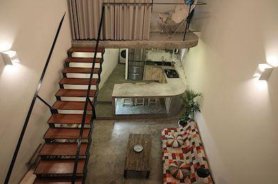 Interiér domu je otevřený, na čtyř desítkách metrů nabízí dost prostoru pro společenský život majitele i pro jeho soukromí a odpočinek.