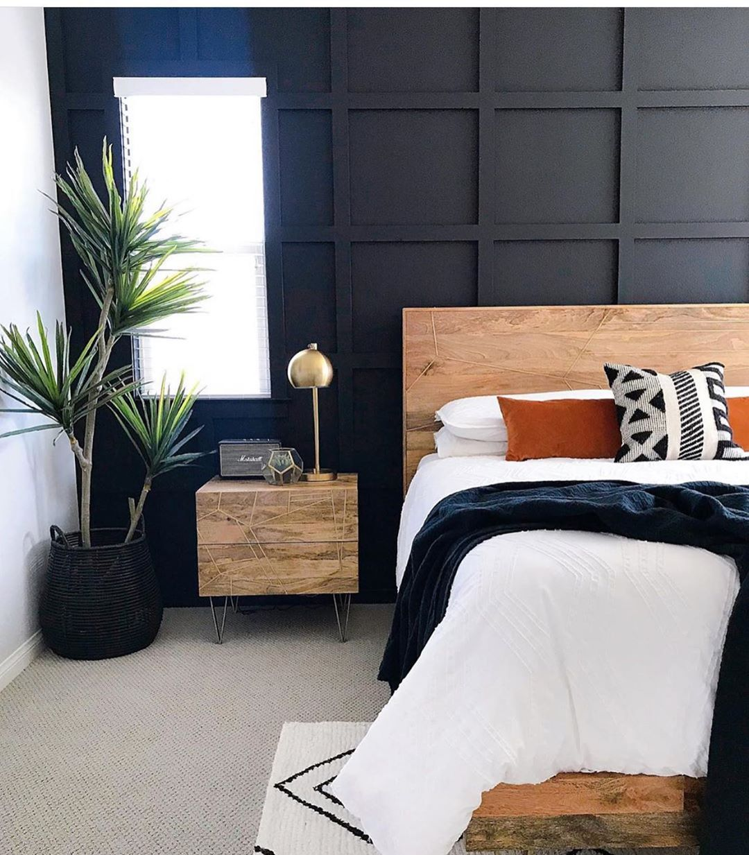 Dark accent walls are always my favorite. @houseofhanesinteriors . . Use the has...-#bedroom