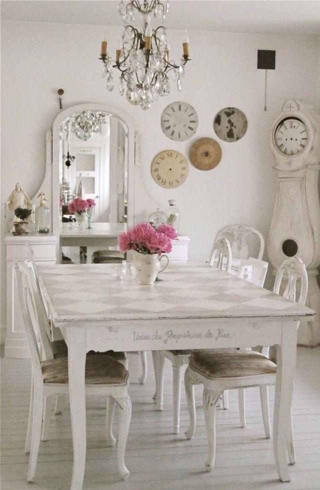 une salle manger blanche de style shabby chic o la pendule de mora a suspendu les heures en perdant ses aiguilles