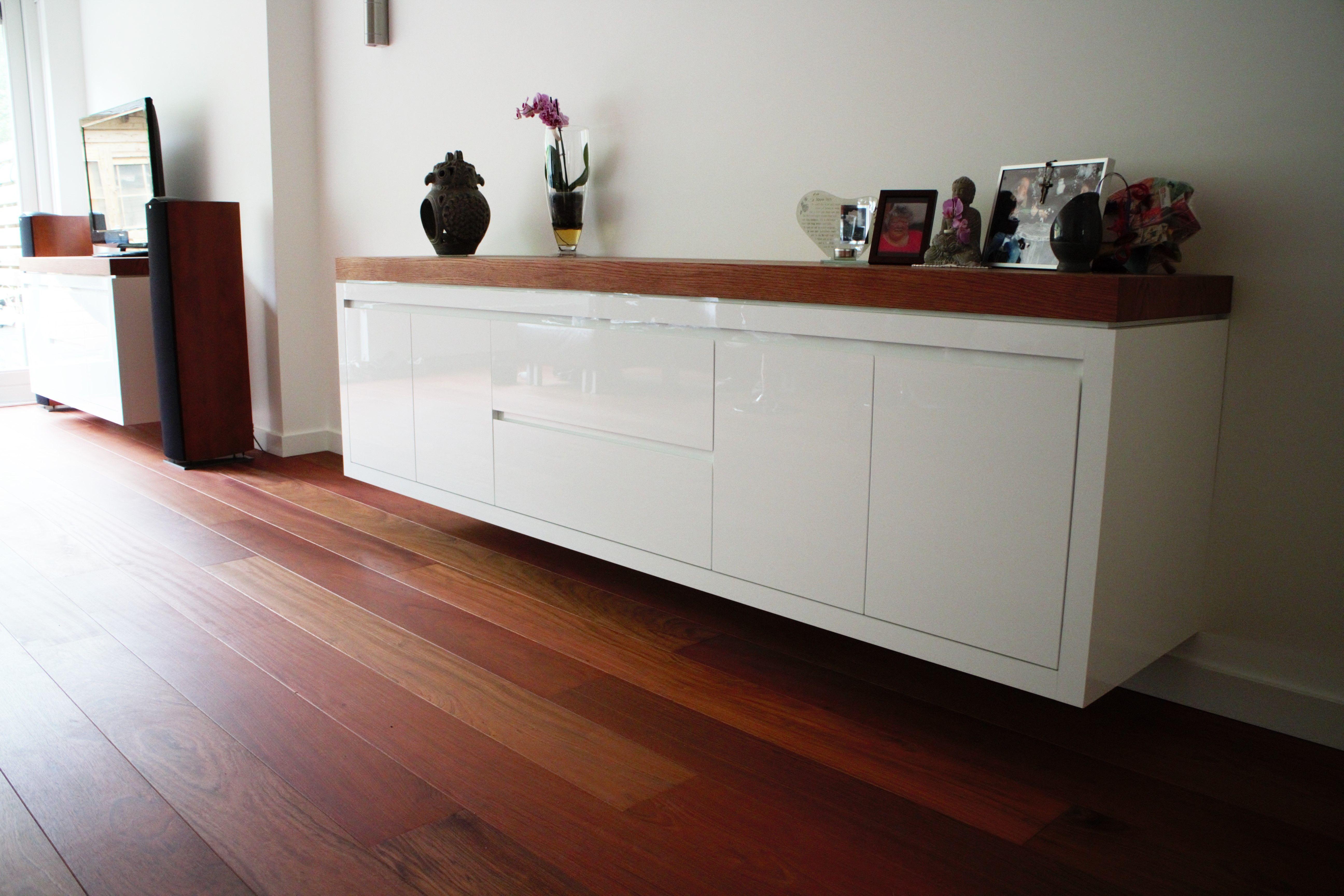 Jatoba houten vloer en hoogglans wit dressoir met jatoba houten blad
