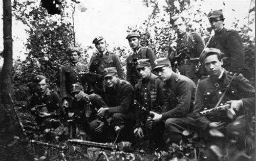 """Oddział sierż. Mieczysława Dziemieszkiewicza """"Roja"""" (stoi trzeci od lewej)."""