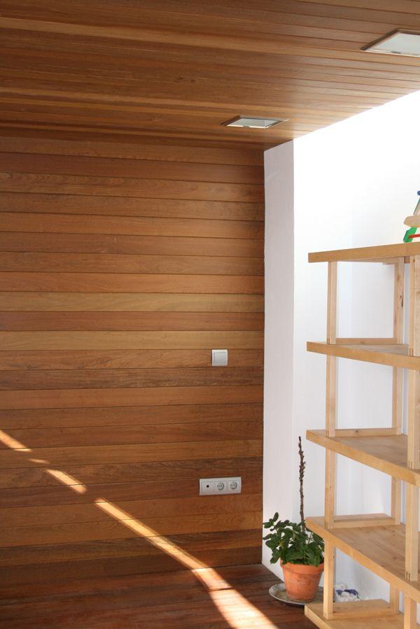 Revestimiento de pared exterior con madera de ip revestimientos de madera gubia pinterest - Revestimientos de madera paredes interiores ...