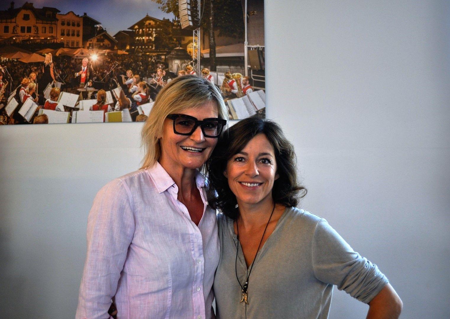 Interview beim Setbesuch bei SOKO Kitzbühel: Hedi Grager mit Schauspielerin Julia Cencig (Foto Reinhard Sudy)