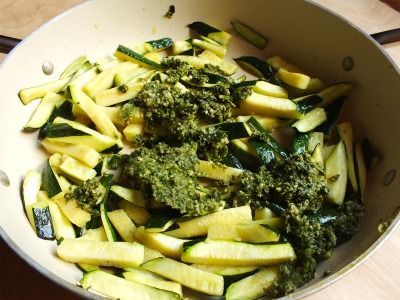 Le zucchine al basilico sono un contorno semplice e saporito che piace davvero a tutti, bambini compresi! Una ricetta golosa da annotare subito!