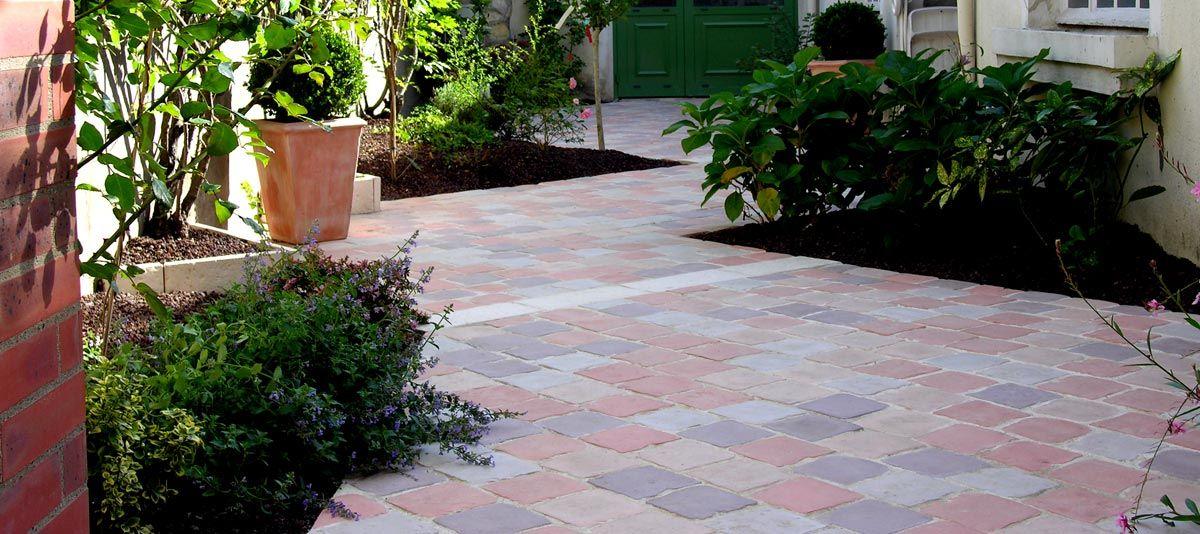 Créer une jolie terrasse avec des pavés en pierre reconstituée - Allee De Jardin En Pave