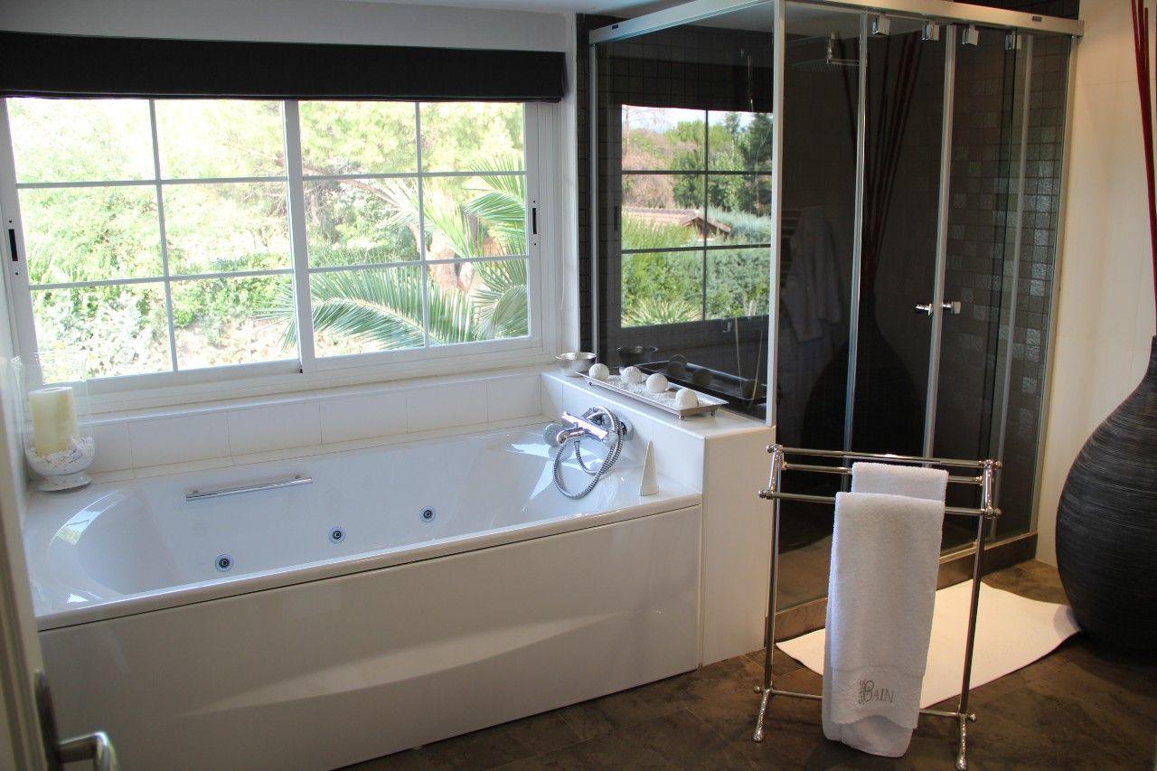 Ba o de lujo con cabina de ducha y ba era jacuzzi - Ducha y banera ...