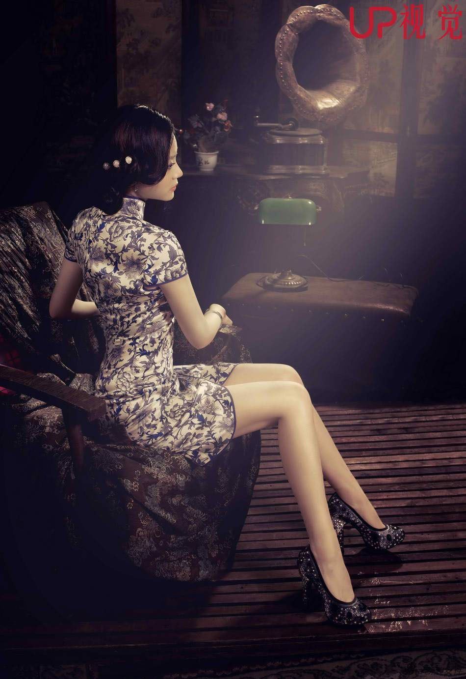 """vintage feel (lighting, location, and props) with a Chinese dress (xin Qiao?) """"国民校花""""孙文婷 夜上海旗袍完美诠释性感妖娆 - 博报网"""