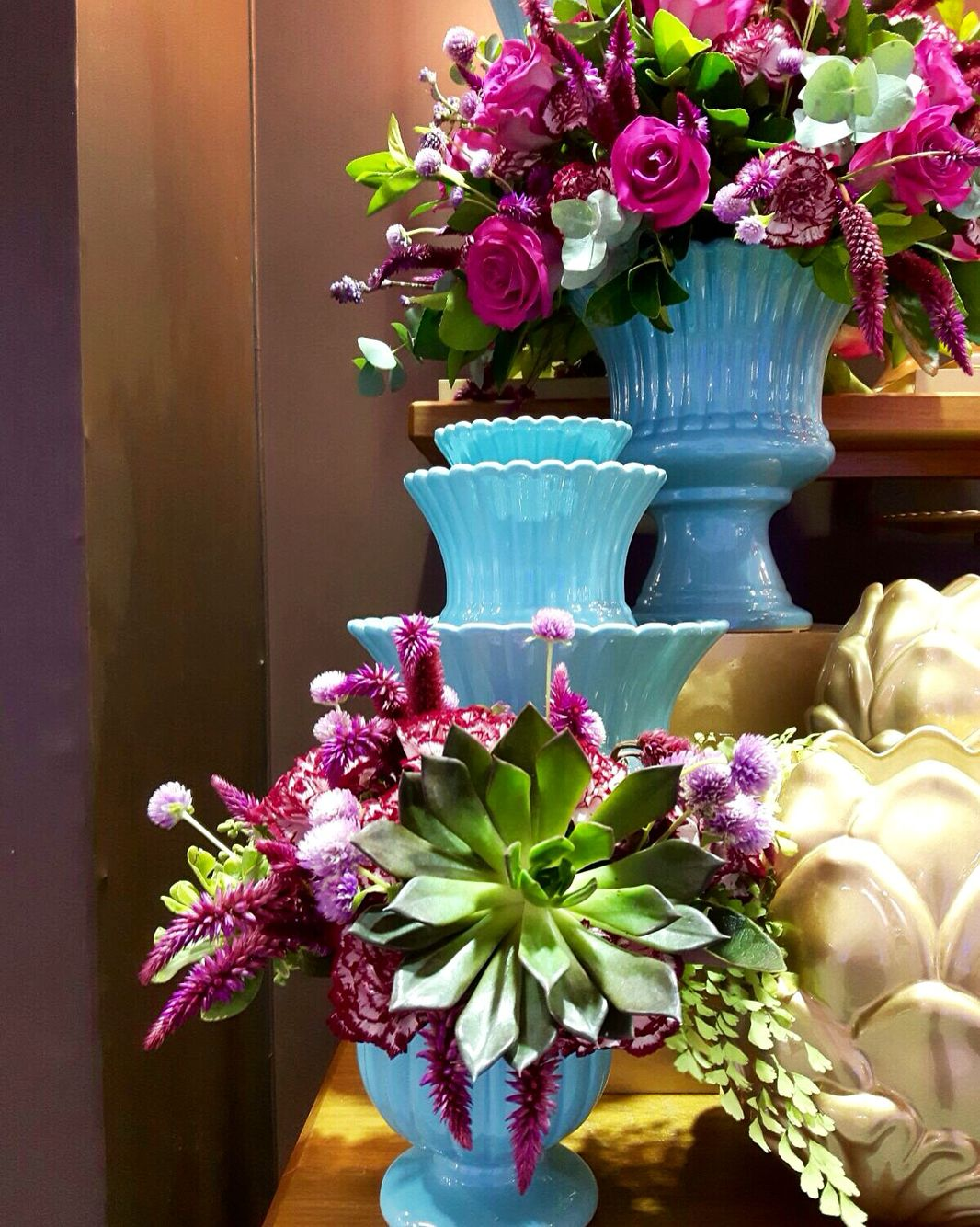 Flores na cor marsala e peças azul tiffany