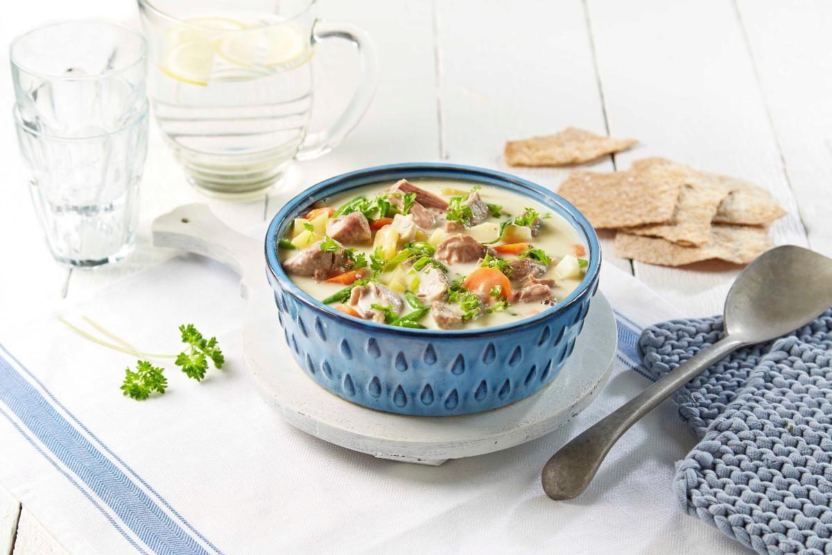 Husmannskost på sitt beste. Herlig lammekjøtt kokt sammen med rotgrønnsaker og servert med fyldig og lys saus.