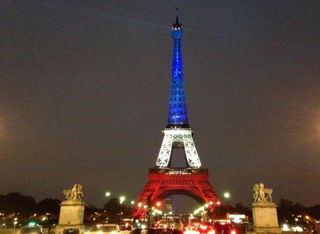 Photos la tour eiffel s 39 illumine de bleu banc rouge et - Couleur de la tour eiffel ...