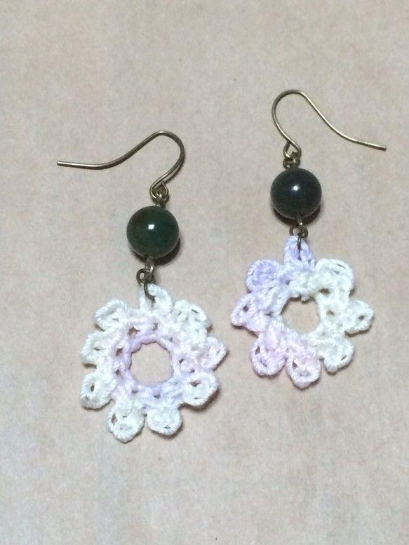 お花の形に編んだモチーフと、深い緑色が綺麗な天然石をつないだピアスです。モチーフの糸は薄い紫、クリーム色、薄いピンクのミックス、金属パーツは全てアンティークゴ...|ハンドメイド、手作り、手仕事品の通販・販売・購入ならCreema。