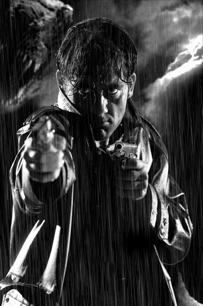"""Sin City: A Cidade do Pecado (2005) / Clive Owen in """"Sin City (Frank Miller's Sin City)"""" (2005). DIRECTOR: Robert Rodriguez, Quentin Tarantino, Frank Miller."""
