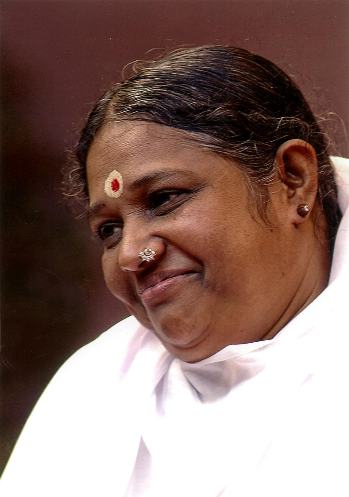 Look At This Radiant Face The Compassion In Her Eyes Amma Is The Hugging Saint And Will Amaze You Amma Org Avec Images Spiritualite Echangisme Spirituel